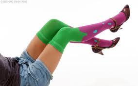 Cómo combinar las medias largas de color