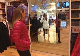 El espejo que cambia el color de la ropa