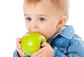 Consejos para que un niño aprenda a comer sin ayuda