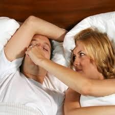Cambia la posición en la que duermes para dejar de roncar
