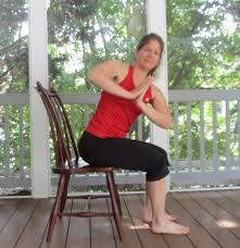 Yoga de la silla: 6 posturas que cualquiera puede hacer sentado