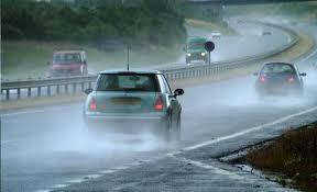 5 formas completamente equivocadas de manejar bajo la lluvia