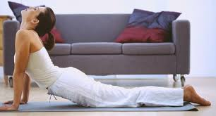 Ejercicios de elongación para quemar grasas mientras trabajas o miras la tele