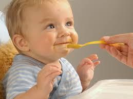 ¿Qué deben comer los bebés y niños pequeños?