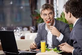 5 formas discretas de atraer la atención de una persona ocupada