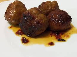 Albóndigas con chicharrón en salsa roja picosita