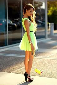 ¿Cómo vestir con prendas de colores flúo?