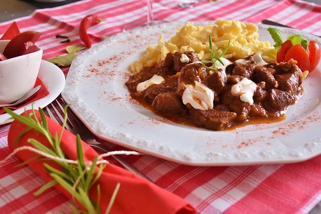 Goulash con spaetzle, un clásico húngaro