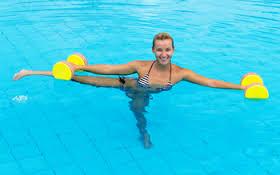¿Cómo quemar calorías nadando?