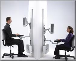 Cual es la postura correcta frente a la computadora?